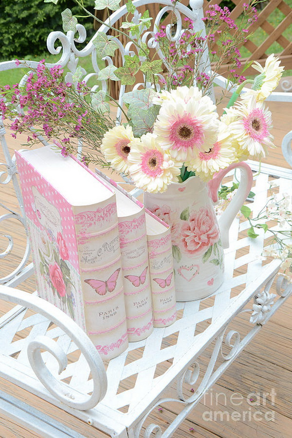 Dreamy pink and cream white floral decor. Soft pastel colors and fresh flowers for a feminine shabby chic look! Perfect as centerpiece for shabby chic weddings!