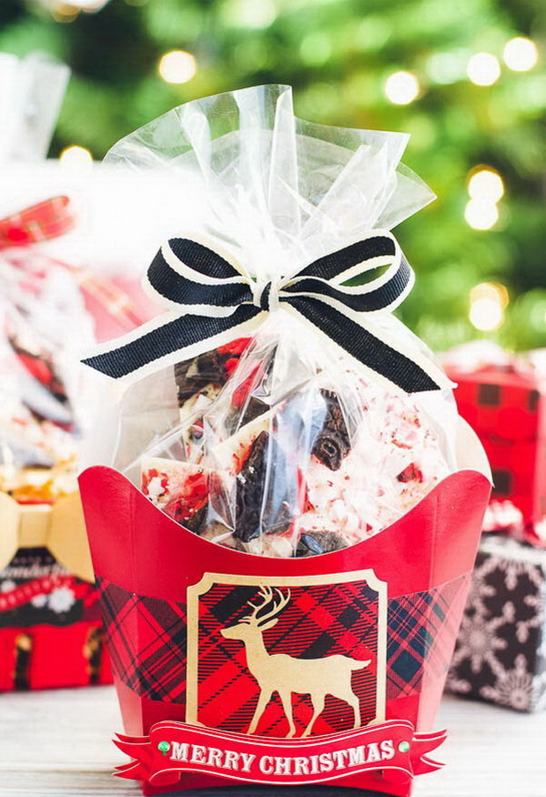 DIY Oreo Peppermint Bark. Christmas neighbor gift ideas.